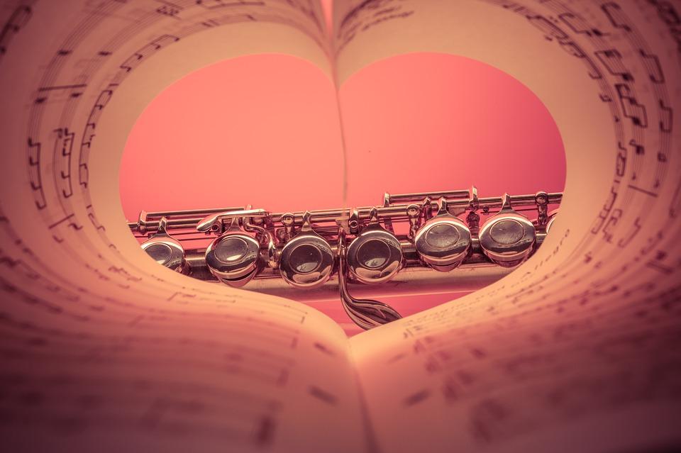 Querflöte im Herznotenblatt lizenzfrei pixabay