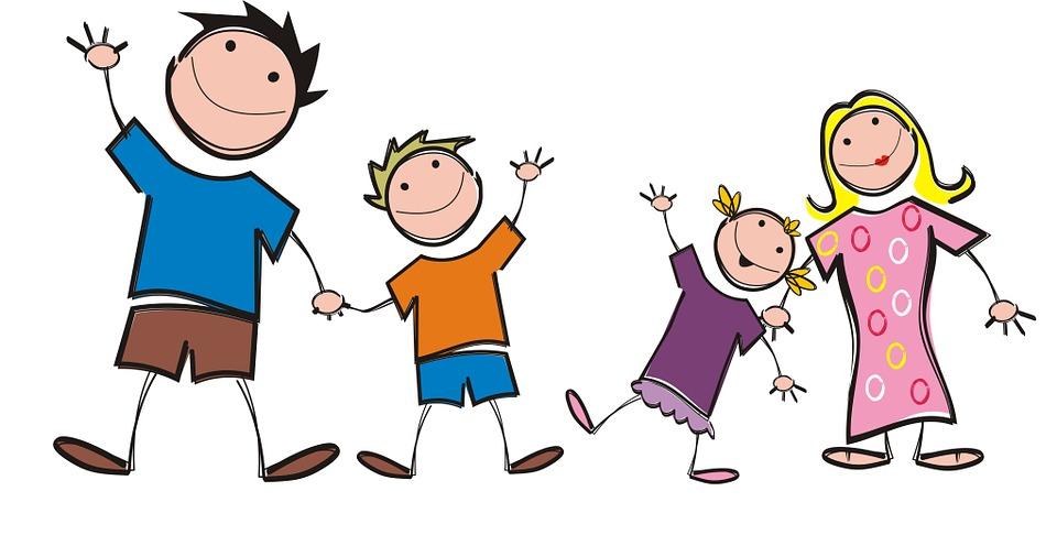 Tanzende Eltern mit Kindern frei